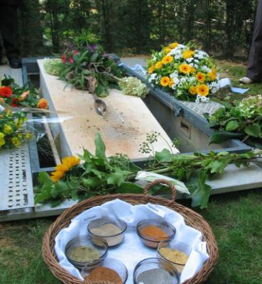 Een begrafenis met gekleurd zand. met de vele soorten zand die hij verzamelde