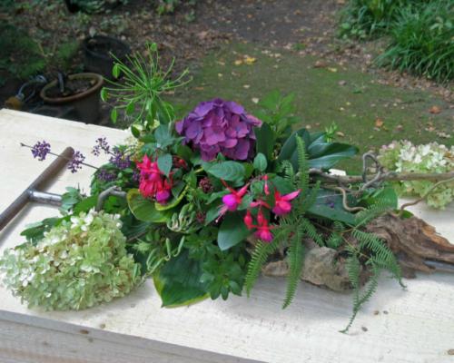 Een begrafenis met gekleurd zand. een ruwhouten kist