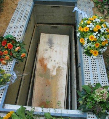 Een begrafenis met gekleurd zand. het gekleurde zand als laatste groet