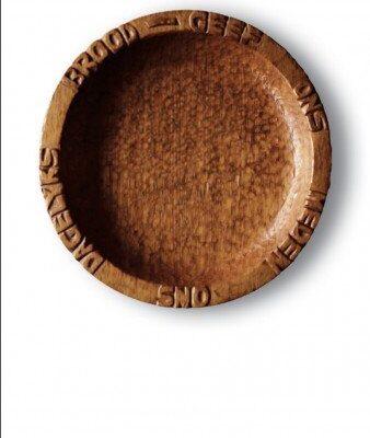 Persoonlijke uitvaartzorg. de broodschaal die vader zelf sneed gebruikt op de rouwkaart