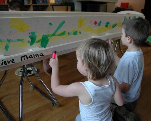 Kinderen beschilderen de kist