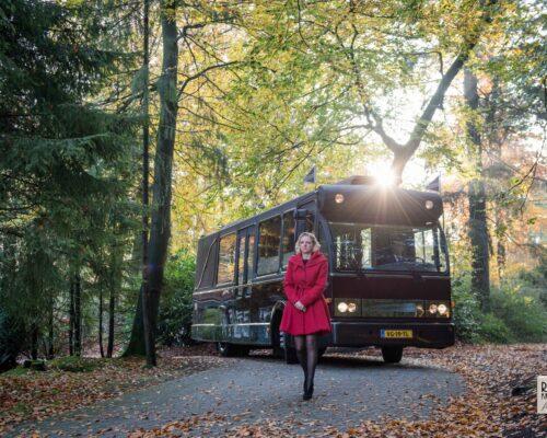 Marinka voor de uitvaartbus